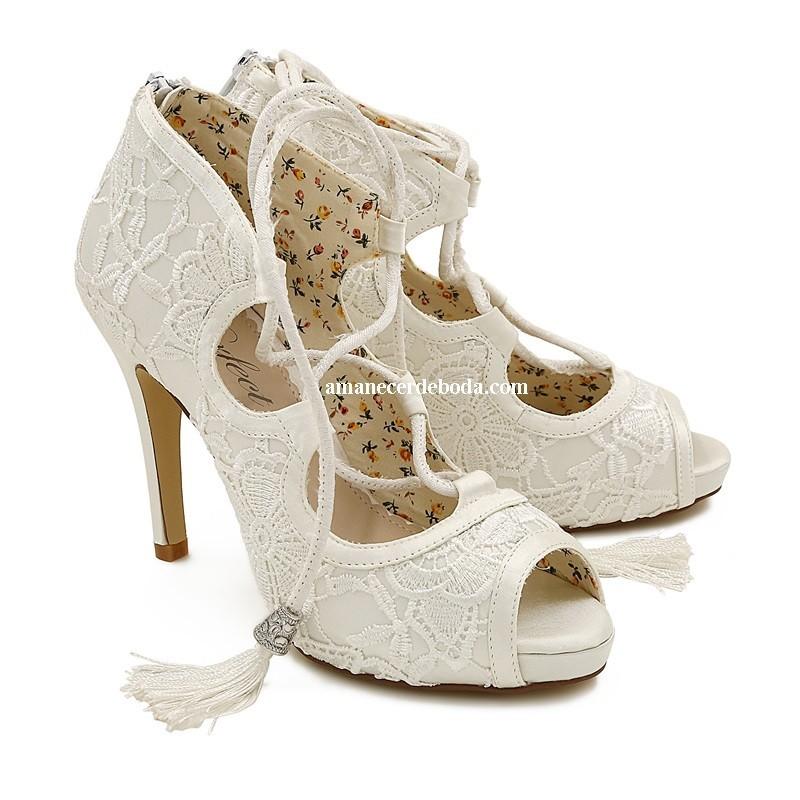 zapatos abotinados para novia con encajes, rasos y pedrería
